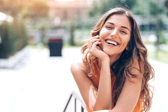 Mujer con la piel hidratada en verano