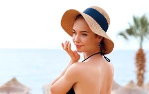 Mujer aplicando productos para regenerar la piel en verano