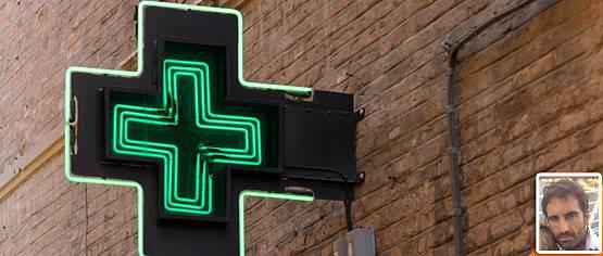 El farmacéutico está muy cerca de ti.