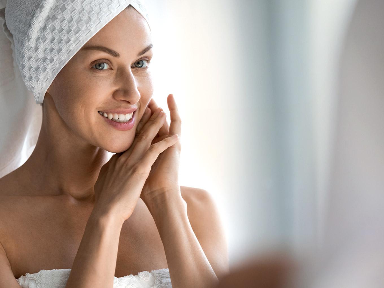 Mujer utilizando productos con factores de crecimiento