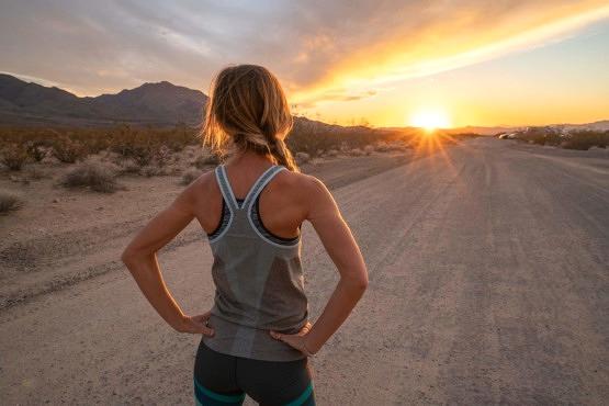 Mujer utilizando un protector solar para deportistas