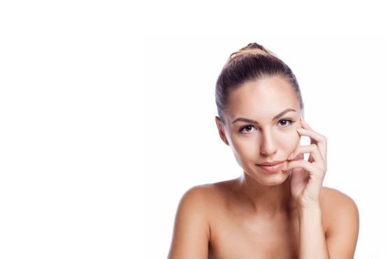 Mujer con la cara perfecta gracias al sérum y la crema