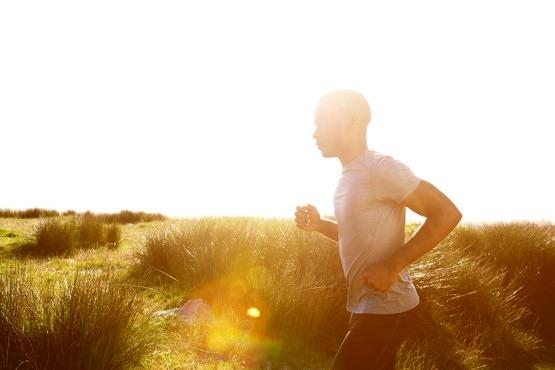 Hombre corriendo al aire libre con fotoprotector
