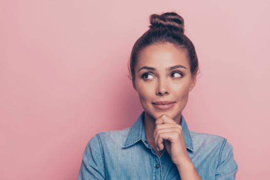Mujer con la piel sin mancha gracias al retinol y la fotopro