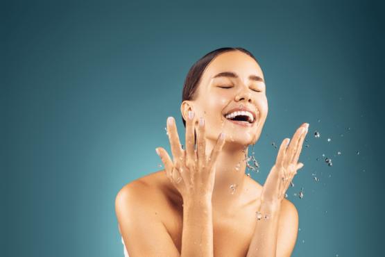 Mujer siguiendo una rutina facial para tener la piel hidratada