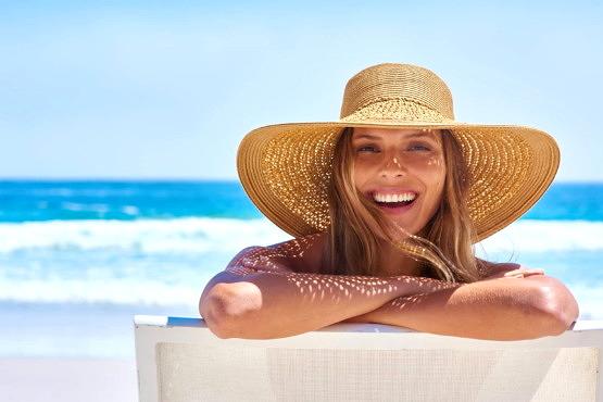 Mujer utilizando retinol en verano
