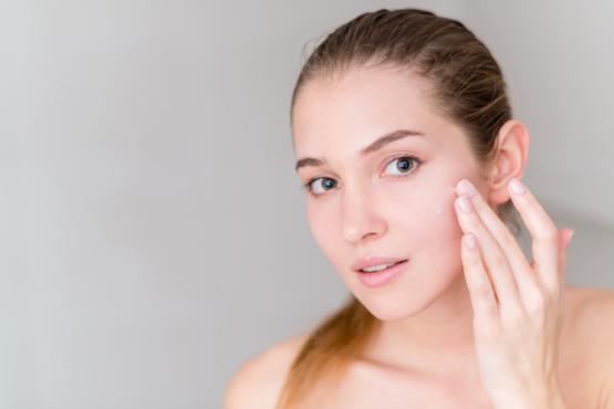 Mujer aplicando productos tópicos con retinoides