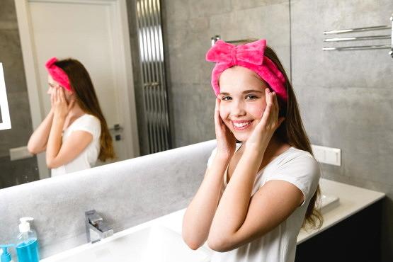 Mujer utilizando productos para el cuidado del acné